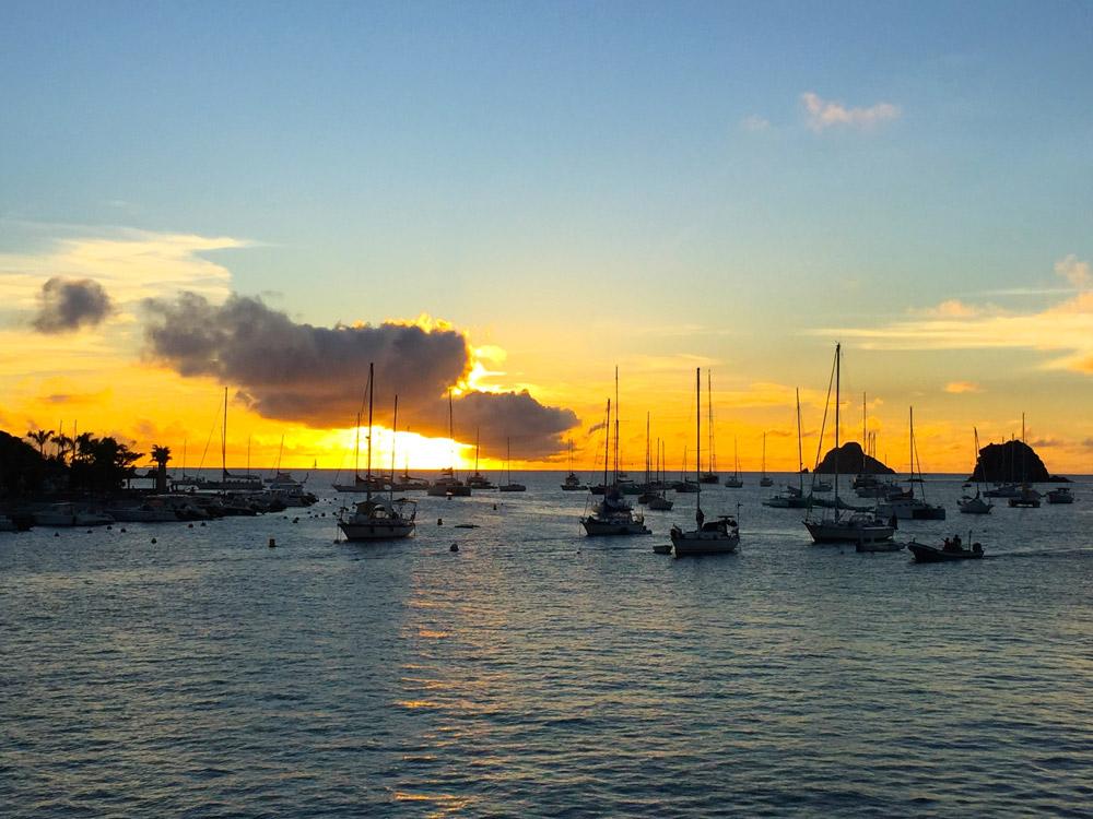 Saindo de barco na hora do por do sol