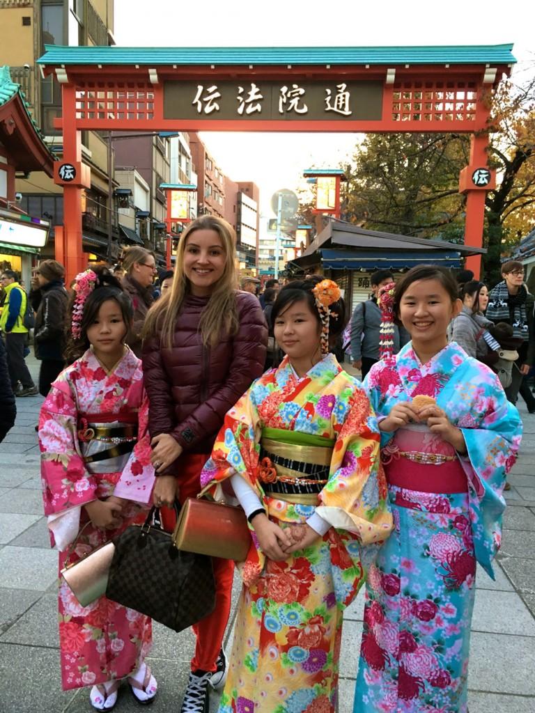 Japonesas usando os tradicionais kimonos