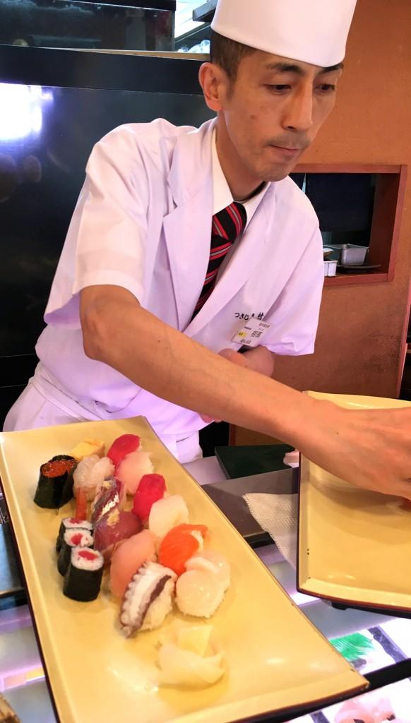 Sushiman preparando